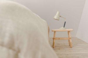 Suoliukas prie lovos - lovos staliukas USLA - interjeras
