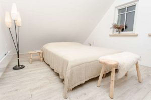 Suoliukas prie lovos - lovos staliukas USLA, miegamojo suoliukas USLA Scandi