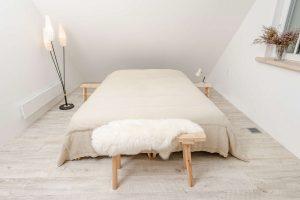 Suoliukas prie lovos - lovos staliukas USLA, miegamojo suoliukas USLA Classic